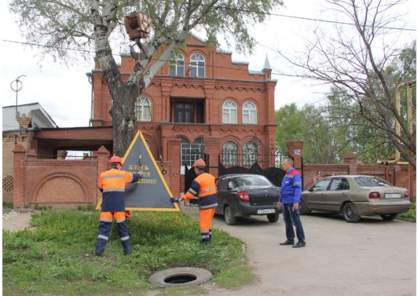 ВСамаре коммунальщики установили перед домом должника трехтонную пирамиду