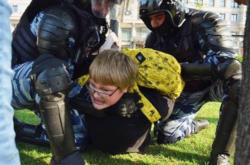 14-летний Саша Башкиров был жёстко задержан полицией и стал героем соцсетей. Он просто гулял с другом