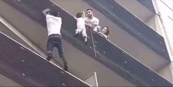ВоФранции мигрант ради спасения ребенка без страховки забрался начетвертый этаж