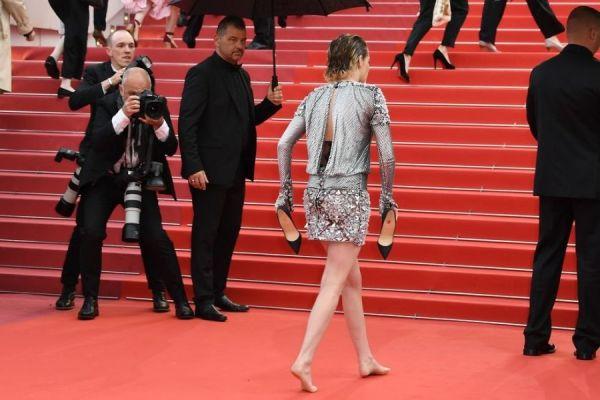 Эпатаж накрасной дорожке: Кристен Стюарт сняла туфли ипрошлась босиком