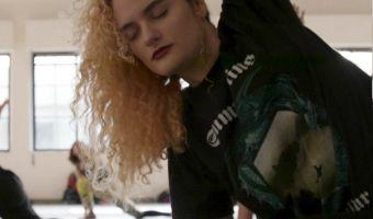 Девушка пошутила в фейсбуке про йогу под блэк-метал. Идея оказалась так популярна, что пришлось выполнять