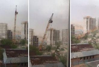 Падающие строительные краны и разрушенные пирамиды. По Астане пронёсся апокалиптический ураган