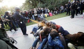 Фото беспредела ценой $175000. Университет хотел удалить снимок с акции протеста, но сделал только хуже