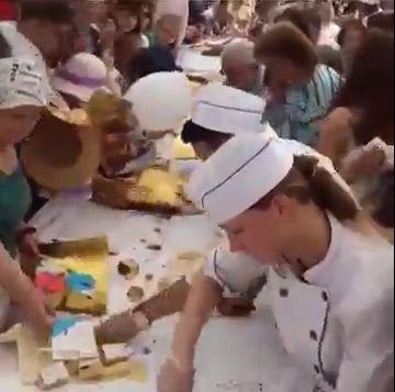 Новосибирцы моментально смели 125-метровый (!) торт на Дне города. Вот что значит подготовиться к празднику
