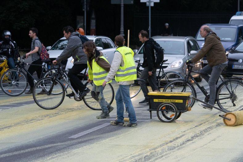 Экозащитники разлили тонны краски, рисуя на дорогах Берлина гигантское солнышко. Рисунок порадовал не всех