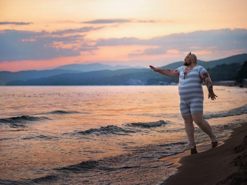 девушка на пляже на закате