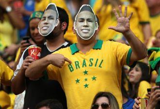 Болельщики ЧМ из Бразилии научили россиянку португальскому мату. На родину им лучше не возвращаться