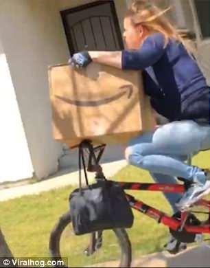 Женщина попыталась уехать на велосипеде с чужой огромной посылкой, но её заметили. Это была погоня века