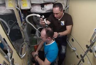 Как подстричься в невесомости. «Роскосмос» показал видео про космического цирюльника, пылесос и три доллара