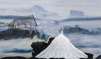 Одинокий павлин-альбинос каждый год ходит по домам и ищет свою любовь. Но внутри только люди