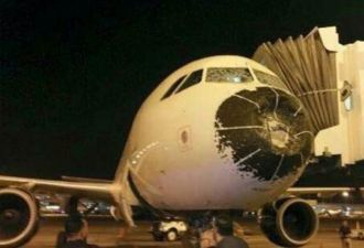 Град разбил нос самолёта в воздухе, и пилотам пришлось сажать судно вслепую. Смотрите, во что оно превратилось