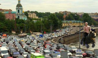 Заборы, автохамы и другие пасхалки. Как петербуржцы потроллили Москву в «Гранд Макете Россия»