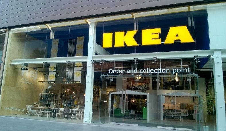 Английские фанаты отметили победу над Швецией в магазине «ИКЕА». Сотрудники не решились возражать