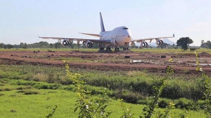 В Таиланде посреди поля появился самолёт без турбин. Местные не сразу поняли, что мистика тут ни при чём