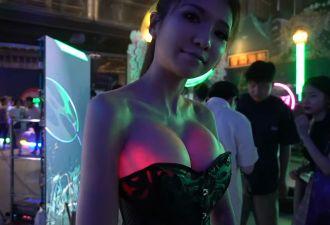 Девушка-инженер заставила свои импланты в груди светиться. Киберпанк наступил, и она в нём ярче всех