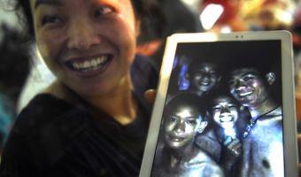 «Мам, люблю тебя. Хочу курочки». Тайские школьники передали письма из пещеры, и их трогательность зашкаливает