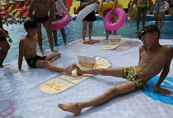 Китайцы устроили чемпионат по борьбе на пальцах ног. И это ну очень весёлый (и мокрый) вид спорта