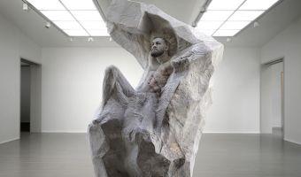 Скульптор сделал огромную копию Макгрегора из мрамора. Такую реалистичную, что некоторых даже жуть берёт