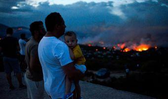 В Греции сильнейшие за последние годы пожары. Огонь пожирает уже несколько городов, и это по-настоящему жутко