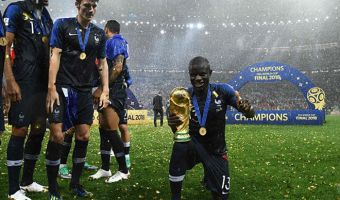 Французский футболист Канте — главный скромняга чемпионата. Поэтому история его фото с кубком милее некуда