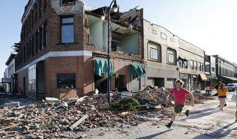 В Айове сняли на видео, как торнадо в клочья разносит город. Ветер такой силы, что мало какие здания устояли