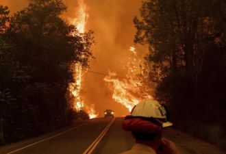 Огненный торнадо полностью разрушил дом в Калифорнии. Его хозяин едва спасся, но успел снять всё на видео