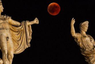 Земляне увидели кровавую Луну с Марсом впервые за 25 тысяч лет. Тем, кому не повезло, осталось завидовать фото
