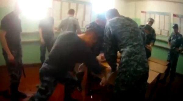 «Спасибо скажите». У ФСИНовца, пытавшего заключённого, нашёлся защитник. Он считает, что пытки — это хорошо