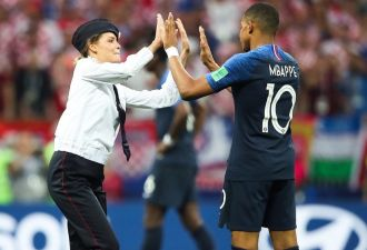 Милиционер вступает в игру. Pussy Riot устроили акцию в Лужниках во время финала чемпионата мира