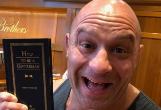 Боец UFC приехал в Лас-Вегас на включение в Зал славы. И принял последний бой — с пьяным батей в ресторане