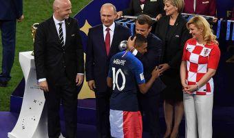 «Путин снова ворует». Зрители церемонии награждения заподозрили президента в краже медали ЧМ, но были неправы