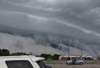 В Америке рядом с озером встала гигантская стена из облаков, похожая на цунами. Она даже двигалась!