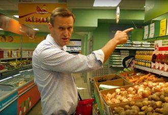 Навальный сделал расследование про Росгвардию. Но в соцсетях всех волнует лишь, что он забыл в «Пятёрочке»