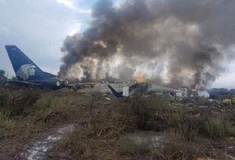 В Мексике упал самолёт с сотней людей на борту. Все выжили — но глядя на фото, в это трудно поверить
