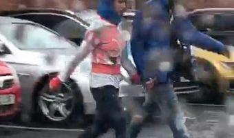 Британец отдал девушке капюшон, а себе оставил куртку. Теперь люди гадают, что это за новый вид джентльменства
