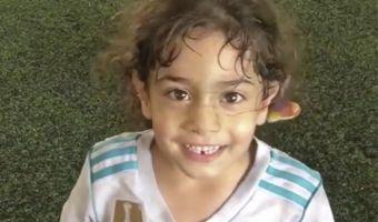 Девочка, виртуозно играющая в футбол, оказалась мальчиком. За спортсменку его принимают далеко не впервые