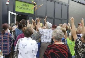 Страх и ненависть в Минске: на открытии магазина его сотрудники закидали людей мороженым. А те и не против