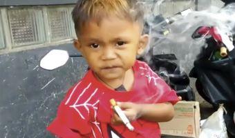 Двухлетний мальчик из Индонезии курит по 40 сигарет в день. Чем бы дитя ни тешилось, считают родители