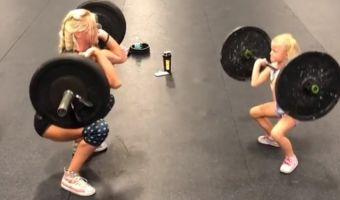 Пятилетняя девочка тягает штангу наравне с мамой. Это самый мотивирующий инстаграм в истории спорта