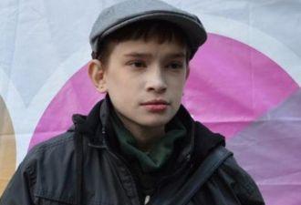 25-летний поляк в свои годы выглядит как ребёнок. Его жизнь стала адом из-за редкой болезни