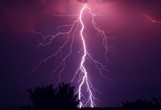 В США в подростка во время грозы ударила молния. Он выжил только благодаря чуду (и любимому скейту)
