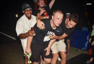 Мужчина пробежал марафон без единой тренировки так, как многим не под силу. Такова цена проигранного спора