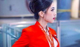 Парень сел на рейс AirAsia и нашёл самую красивую стюардессу. Люди, которые её видят, не решаются спорить
