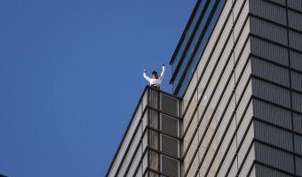 Французский Человек-паук снова сделал это. Ален Робер без страховки забрался на высочайшее здание Лондона
