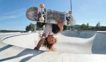 Юная скейтбордистка в воздухе повернулась на 720 градусов, и, похоже, это рекорд. Она знает о гравитации?