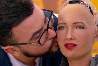 Робот София пришла на украинское телешоу и поцеловалась с ведущим. Теперь в Штатах грустит одна знаменитость
