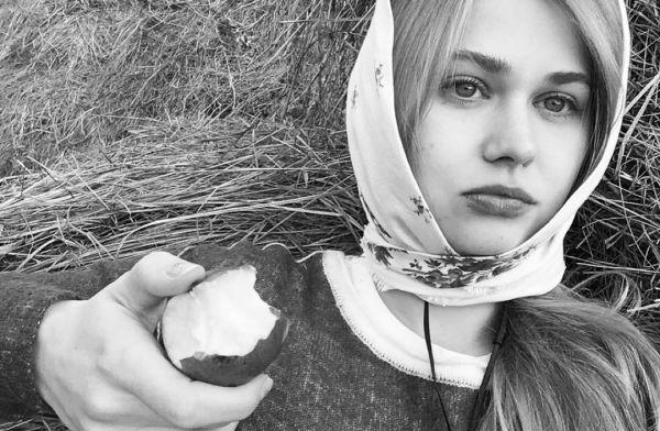 Девушка села на большой видео — photo 4