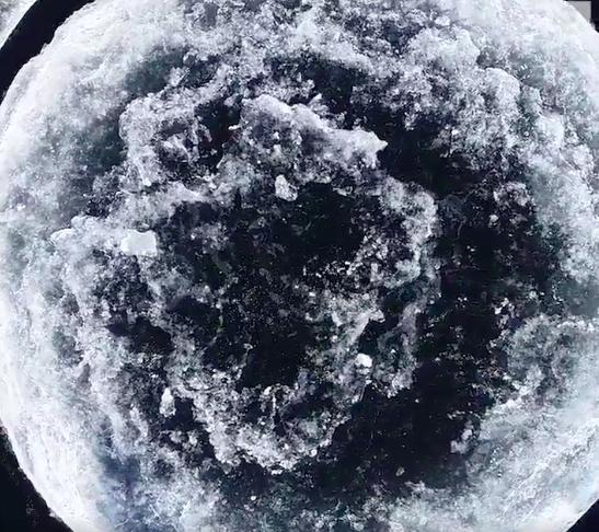 ВСША огромный ледяной диск стал туристической достопримечательностью