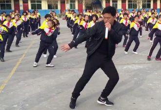 Директор пошёл в хореографы и сколотил подтанцовку из учеников. Группа что надо, ведь ей движет важная цель