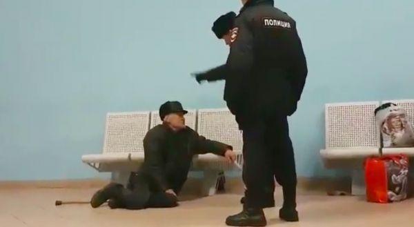Девочка и два старика порнг видео